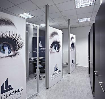 Bilder einer LUXUSLASHES®-Lounge, komplett im Corporate Design eingerichtet.